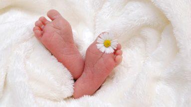 pieds d'un enfant